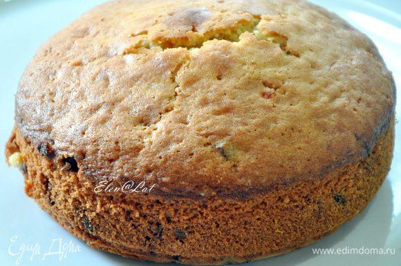 Выпекать кекс в заранее разогретой до 180С духовке 25-30 минут. Проверить готовность деревянной шпажкой. Готовый кекс оставить в форме на 10-15 минут. Затем достать и дать полностью остыть.