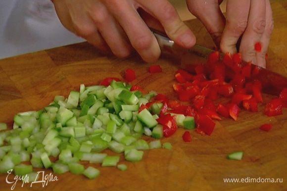 Сладкий перец, удалив семена, мелко порезать.