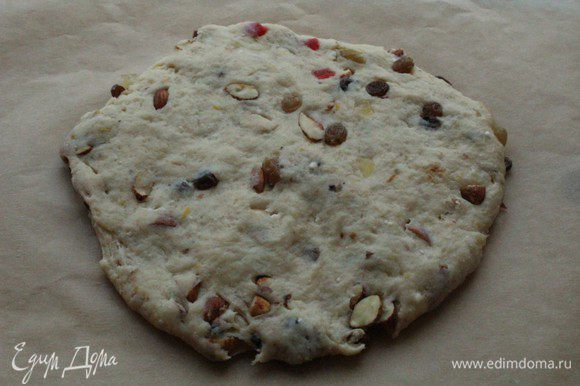 На листе пекарской бумаги руками сделать из теста лепешку.