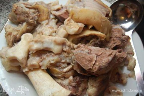 Мясо выкладываем и даем ему остыть.