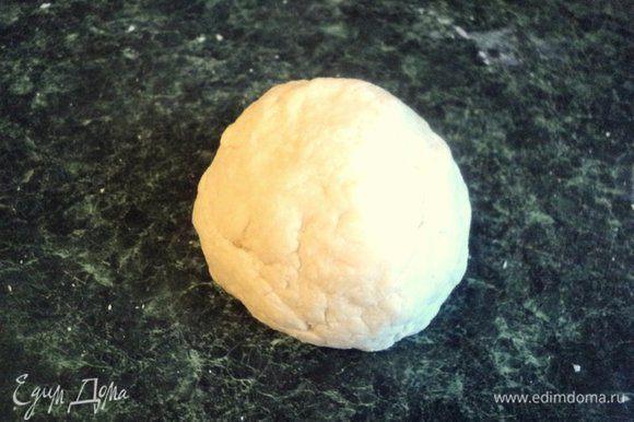 Из муки, одного яйца, воды и соли замесить пельменное тесто. Завернуть в пищевую пленку и оставить на 20 минут отдохнуть.