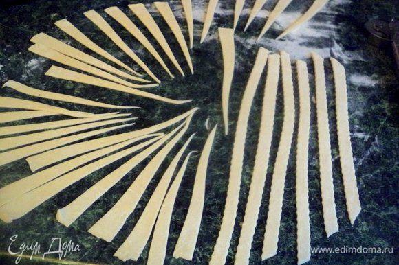 Пельменное тесто раскатать в пласт толщиной 1-2 мм и вырезать детали уздечки и пряди гривы. Мне для этого понадобилась только треть пельменного теста.