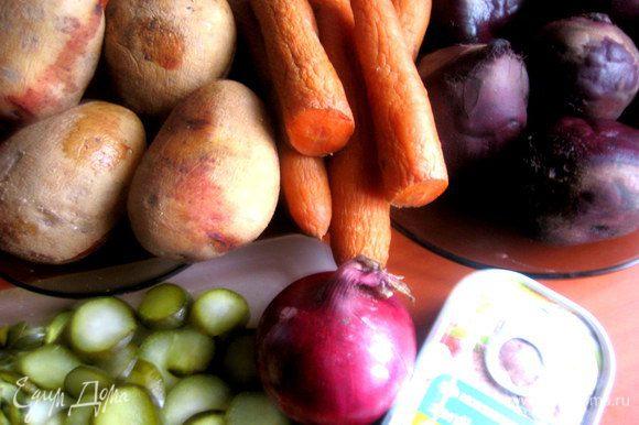 Свеклу, морковь, картофель отварить заранее, чтобы остыли.