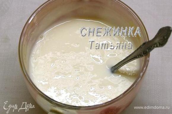 Йогурт смешиваем с сахарной пудрой, желатину даём растворится на водяной бане, остужаем, вводим в йогуртную массу, взбиваем.