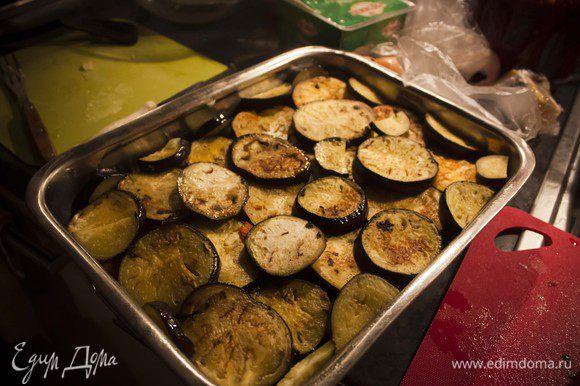 поверх соуса из мяса и овощей - слой баклажанов