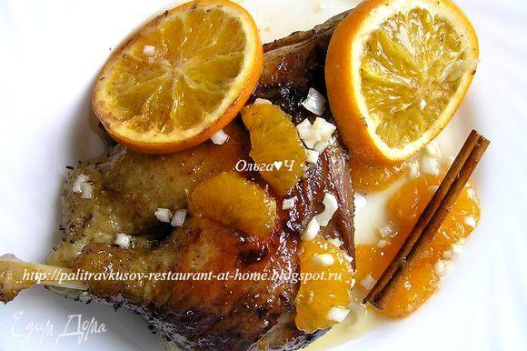 К назначенному часу (мультиварка, кстати, хорошо сохраняет тепло) сервируем тарелочки и подаем индоутку с запеченными апельсинами и мандариновым чатни. Приятного аппетита! :)