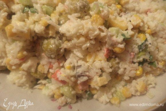 Соединить рис, сыр, крабовые палочки, огурец, лук репчатый, зелёный лук, оливки, кукурузу, копчёную рыбу. Перемешать. Посолить, поперчить. Заправить майонезом, перемешать.