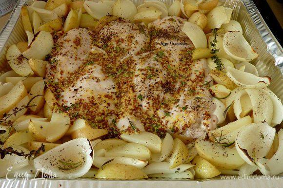 Запекать на верхнем уровне духовки минут 20, перевернуть грудки и помешать овощи, запекать ещё минут 15 до готовности.