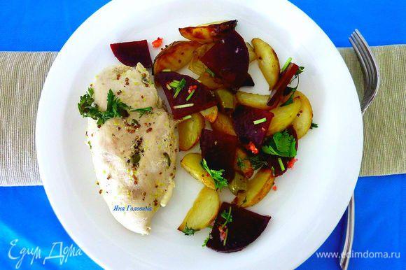 Свеклу порезать и смешать с выдавленным чесноком, солью, перцем, маслом и кинзой в пластиковом контейнере, убрать в холодильник до подачи. Выложить грудки на тарелку и накрыть фольгой, чтобы не остыли. Добавить к овощам оливки, вернуть овощи и запекать дополнительно минут 15 до готовности. Для подачи выложить грудки, овощи полить лимонным соком и сверху положить кусочки свеклы.