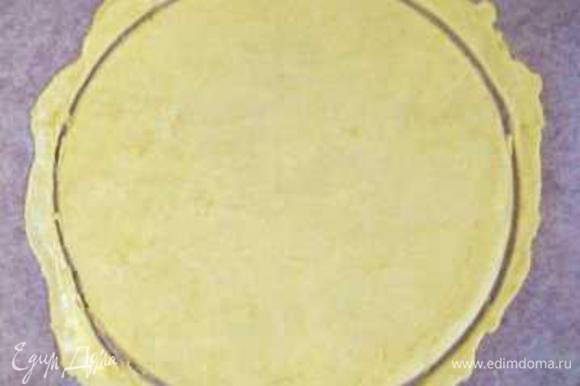 Раскатать корж сразу на пергаменте, обрезать под размеры формы.