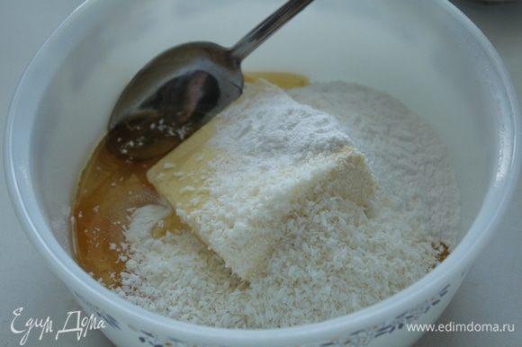 Из муки, меда, масла, оставшейся кокосовой стружки и сахарной пудры замесить тесто.