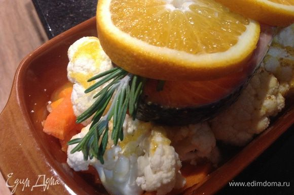 Сверху выложить семгу, на нее розмарин и апельсин порезанный кружочками. Готовить в духовке при температуре 180 градусов 45 минут. Приятного аппетита!!!