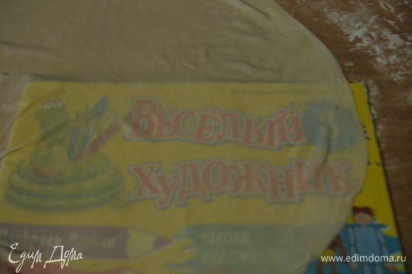 Через растянутое тесто виден рисунок. Нарезаем тесто на квадраты 10х10. Нарезанные квадратики немного подсушиваем или пересыпаем крахмалом, или прокладываем листиками, перед тем как сложить в стопку. Готовые квадратики накрываем полотенцем, можно на врем поставить в холодильник.