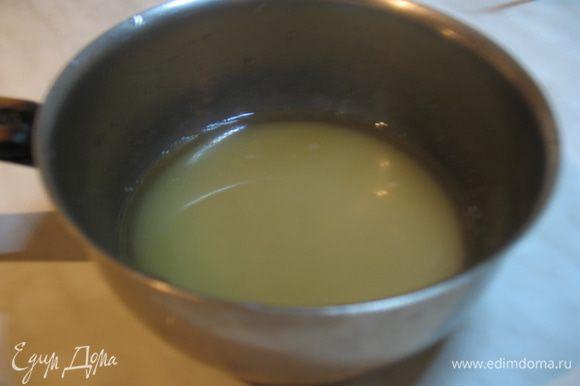 Готовим сироп. В небольшой кастрюльке смешать сахар и воду. Ставим на огонь и варим до растворения сахара. Добавляем сок половины лимона и розовую воду. Варим сироп до загустения, он должен мягко стекать с ложки. Розовую воду готовила сама, поэтому решила воду полностью заменить на розовую воду, о чем не пожалела вообще. Поэтому с розовой водой лучше принимать решения самому.