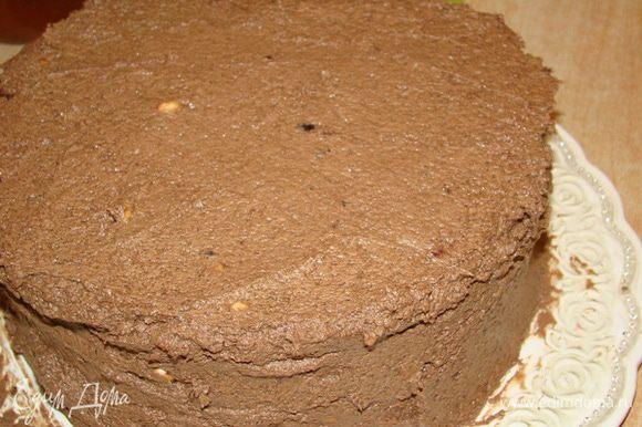 Верх и бока торта обмазать кремом, оставить на 3-4 часа в холоде.