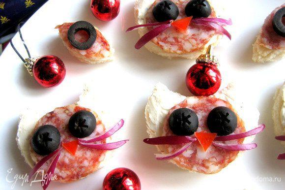 На обрезки тоже кладём сыр,колбасу и кружок оливки (детям интересны такие мини кусочки!)...