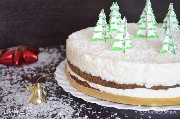 Торт убрать на 5 часов в холодильник. Готовый торт можно украсить просто белой шоколадной стружкой или же как у меня специальными елочками. Но мне кажется, идеально будут ягоды или киви например.