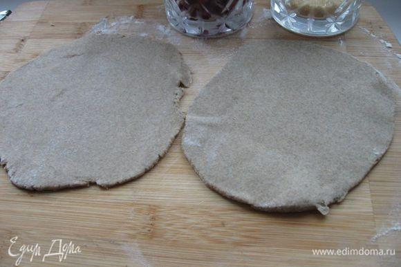 Из муки и воды замесить тесто. Разделить на 2 части, скатать из теста колобки, раскатать до толщины теста для лапши.