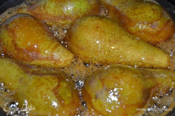 На сковороде с антипригарным покрытием растопить мед.Как только он закипит,выложить груши срезом вниз.Обжарить до золотистого цвета,перевернуть и карамелизировать с другой стороны.