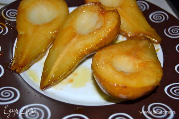 Выложить груши на тарелку,предварительно сбрызнув ее маслом,чтобы груши не прилипли.