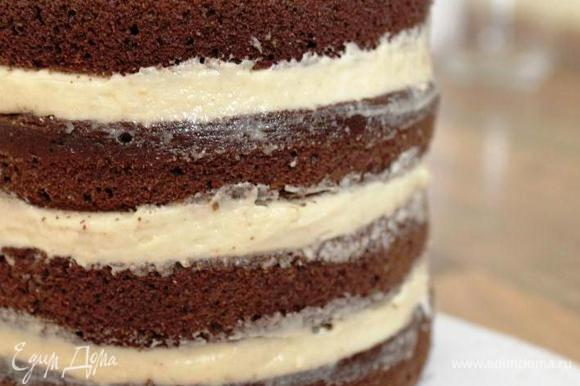 Промазать коржи арахисовым кремом и убрать торт в морозильник минут на 20.
