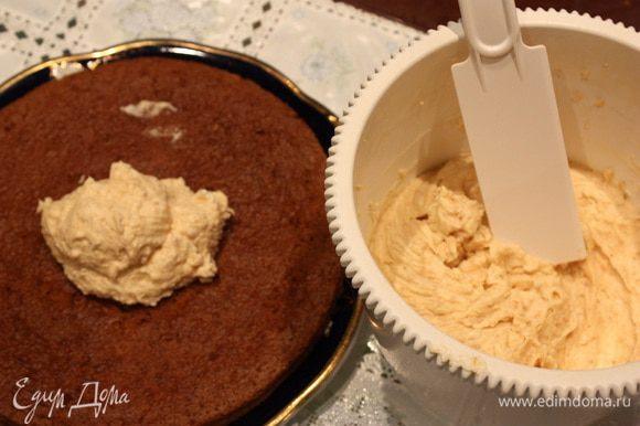 Теперь крем. Сливки взбить с сахарной пудрой. Добавить сыр и пралине. Смазать коржи кремом. Начинить профитроли и поставить в холодильник.