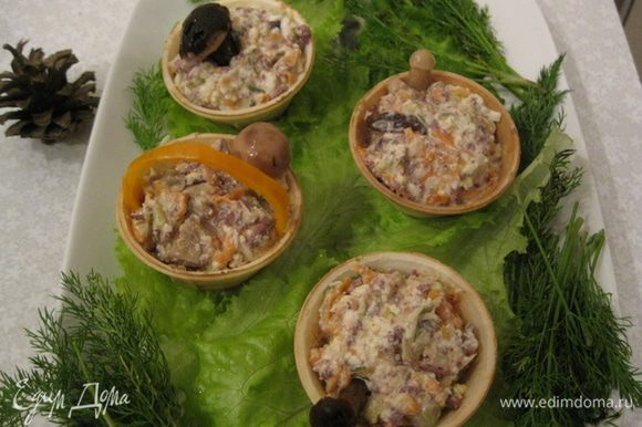 Салат накладываем в корзиночки и наверх кладем по одному или несколько маленьких грибочков. На большое блюдо выкладываем листья салата, ставим корзиночки с грибным салатом и украшаем укропом. Имитируем поляну и лес. Грибочки из лесочка готовы. Приятного аппетита!