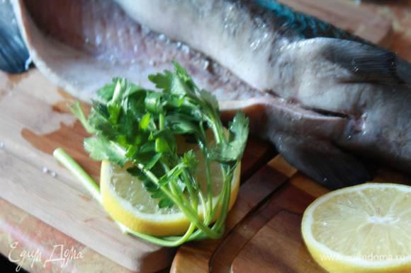 Лимон порежем толстыми кольцами, обмотаем их пертушкой и засунем рыбе в брюшко. Рыба без костей, очень удобная для фаршировки!