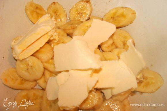 Бананы и масло размять.