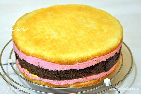 Торт достать из формы и освободить от пергамента.