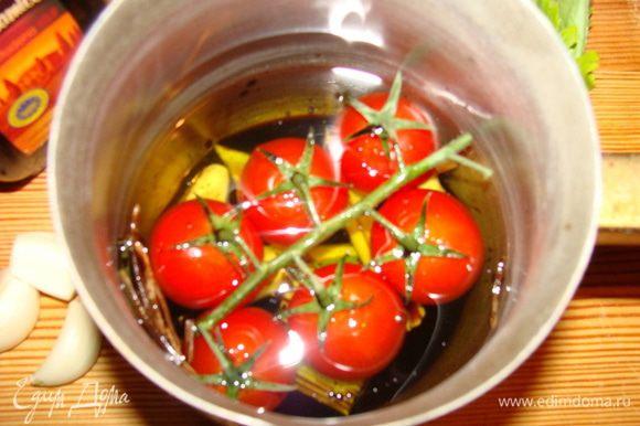 В сотейник поместить 4 зубчика чеснока, помидорки черри, тимьян, сельдерей,базилик,влить уксус и масло. поставить на огонь, закипятить, томить 2 минуты на медленном огне.