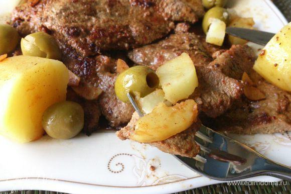 Выложить печень на тарелку, полить соусом из сковороды и посыпать оливками. Выложить отварной картофель. Вот так все быстро и очень просто, как и вся еда в Португалии, но как же все это вкусно!!!