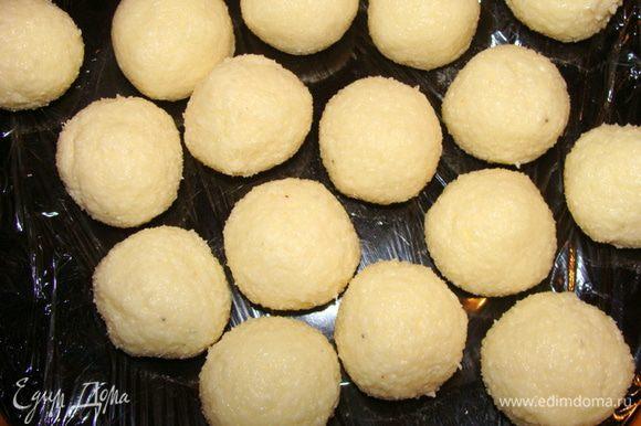 Смешать все. Должна получится очень плотная масса. Для плотности можно добавлять дополнительно сахарную пудру. Скатать шарики величиной с грецкий орех. Скатываются очень легко. Убрать в морозилку на 15 минут.