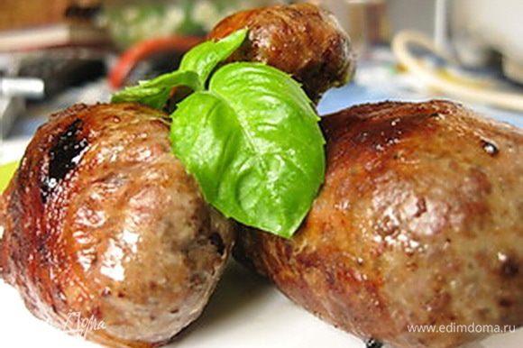 После того как все гречаники скручены и выложены на тарелочку, разогрейте сковороду и слегка смажьте ее растительным маслом, а лучше смальцем (много не надо, так как жировая сетка начинает вытапливаться и жира становится предостаточно). На разогретую сковороду выкладываем гречаники, накрываем крышкой (это обязательно! иначе будете ловить свои гречаники по всей кухне), жарить на небольшом огне до красивого румяного цвета, если сомневаетесь в готовности, просто проткните зубочисткой. Все, печеночные гречаники готовы, подавать лучше всего с овощным салатом.
