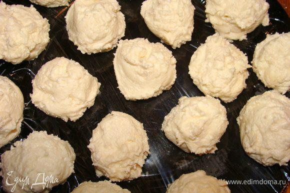 Скатать шарики размером с грецкий орех и убрать в морозилку на 30 минут.