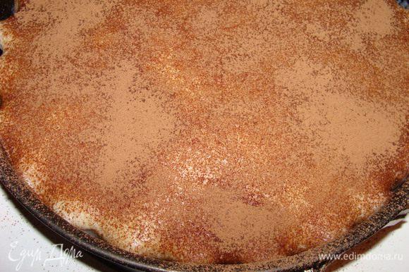 Пирог я выпекала в фигурной форме. Теперь пирог поместить в разъемную форму по размеру, залить кремом, присыпать какао через ситечко и дать настояться не менее 2 часов.