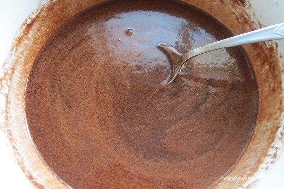 Молоко, сахар, ванильный сахар и какао размешать и поставить на маленький огонь до растворения сахара. Добавить сливочное масло и довести смесь до кипения (но не кипятить). Охладить. 4 ст. л. смеси оставить для глазури.