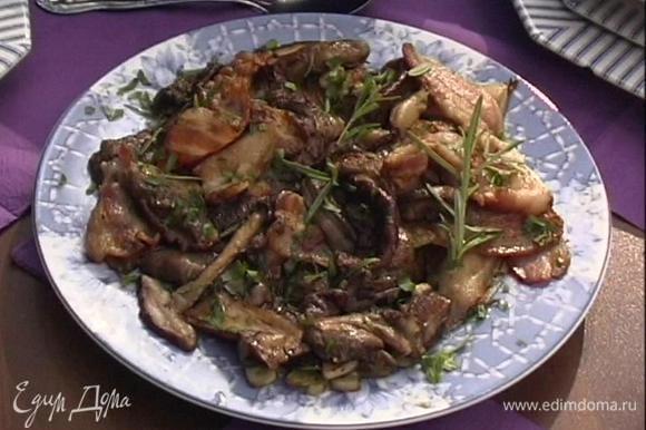 Подавать грибы с беконом, сбрызнув их соусом.