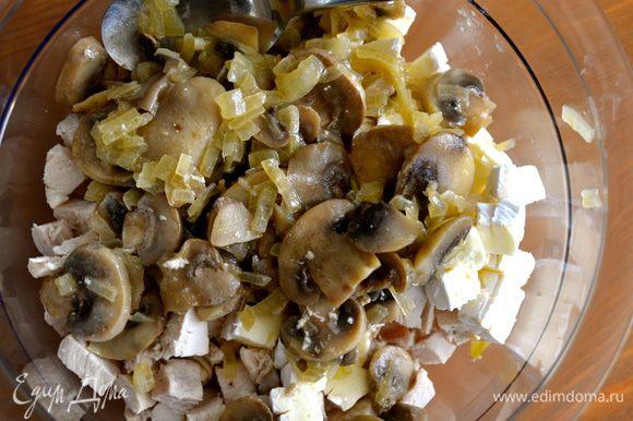 Затем смешать их с грибами и луком, петрушкой (или кинзой). Отрегулировать соль и перец по вкусу.