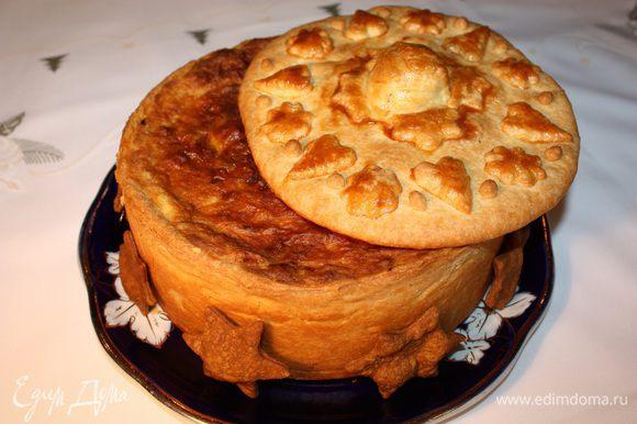 Выпекать при температуре 180°С 50–55 минут. Дать остыть и достать пирог из формы. Выпекаем крышку при температуре 180°С 30 минут, или до золотистого цвета.