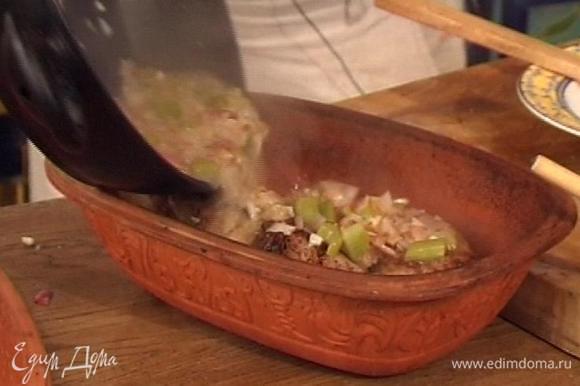 Переложить овощи в винном соусе в посуду с мясом, накрыть крышкой и запекать в разогретой духовке не менее двух часов.