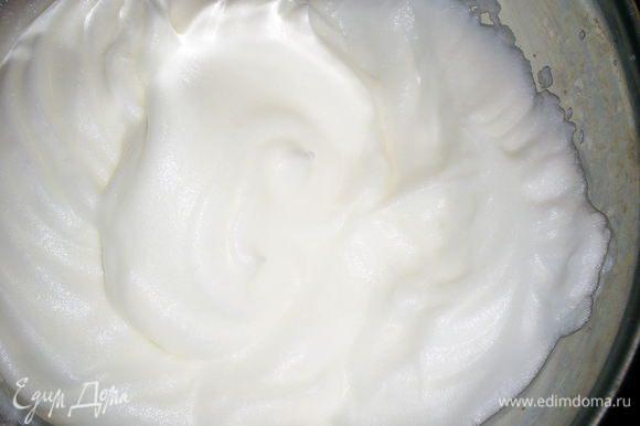 Для безе нам понадобится два белка, 150 г сахара и стакан обжаренных измельченных орехов. Вы можете взять свои любимые, у меня была смесь грецких орехов, миндаля и фундука. Не пытайтесь измельчить орехи в пыль - вкусно, когда в торте попадаются крупные кусочки орехов. Белки взбиваем в идеально сухой и чистой посуде до устойчивых пиков. При переворачивании емкости белки не должны выпадать.