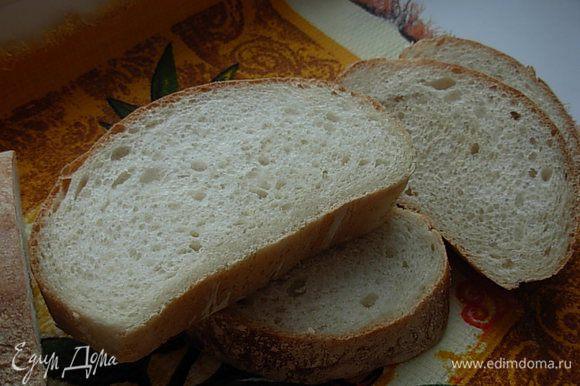 Чиабатту (приготовленную по вот этому рецепту http://www.edimdoma.ru/retsepty/61235-chiabatta) нарезаем, отправляем подсушиться под гриль (я это делала в духовке).