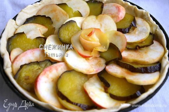 На тесто внахлёст укладываем чередуя кружочки яблок и баклажана в два ряда. В центре можно украсить «розой» из яблока, предварительно опустив половинки яблочных колец в сироп от баклажанов.
