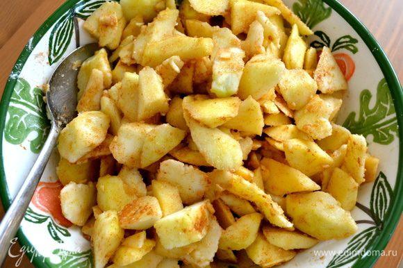 Добавить смесь из сухих ингредиентов к яблокам и как следует перемешать.