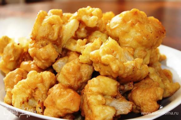 Выложить капусту на сервировочное блюдо и подавать к столу. Очень вкусно обмакивать эти кусочки в сметанный или горчичный соусы. Угощайтесь!