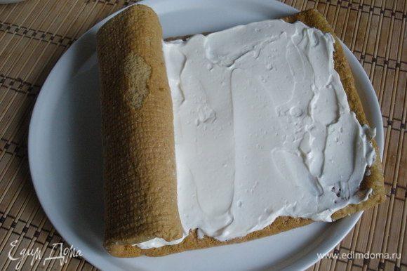 Остывший бисквит аккуратно развернуть, выложить крем, свернуть в рулет и украсить по желанию.