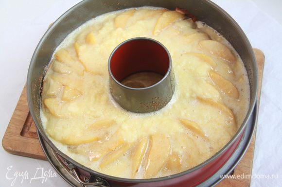 Приготовить заливку для пирога. Взбить 75г сливочного масла и 150г сахарной пудры. Добавить взбитое яйцо и хорошо перемешать. Покрыть пирог глазурью.