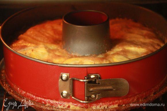 Выпекать 10 минут, пока пирог не зарумянится. Подавать в холодном виде. Приятного чаепития!