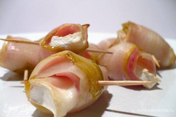 """Цикорий помыть, убрать """"кочерыжку"""", отделить листья, бланшировать, затем обдать ледяной водой. Сыр нарезать тонкими слайсами (у меня Chavroux), разрезать на половинки. Ветчину (в принчипе, любую) нарезать тонкими полосками четь меньше, чем листья цикория. Выкладываем будущие рулетики: цикорий, на него ветчину и кусочек сыра, перчим. Сворачиваем, закрепляем зубочисткой. Запекаем при 160°C минут 5-10."""